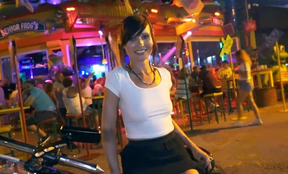 Девчонки в ночном клубе без трусиков видео 13