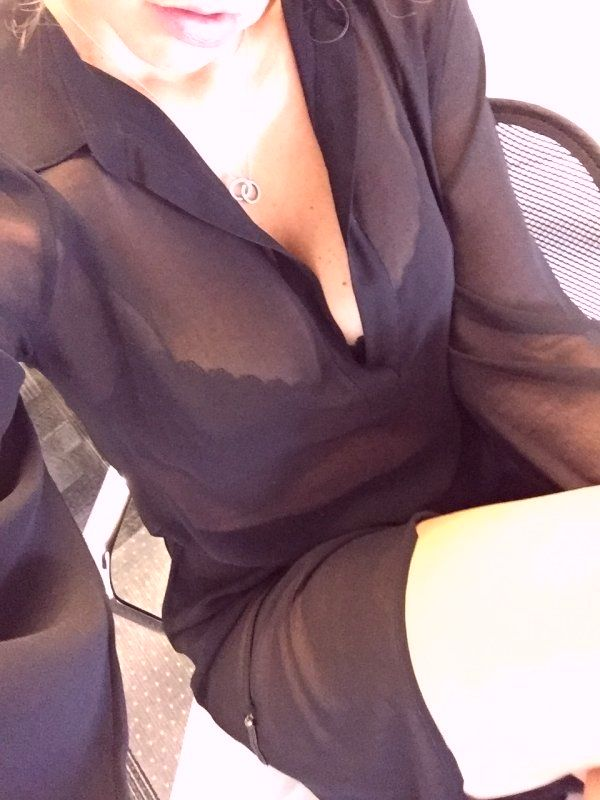 селфи девушки на работе в офисе
